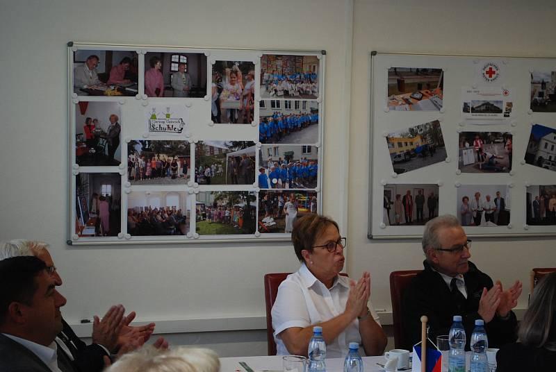 Česko-německé setkání nazvané Nové časy – nové cesty se konalo v sídle mostecké charity. Je součástí projektu Pokračování přeshraniční spolupráce po pandemii.