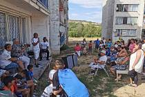 Sídliště v Chanově během komunitního dne, kde obyvatelé na besedě řešili i stavbu kontejnerových bytů.