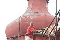 Dělník pracuje na rekonstrukci kostelu.