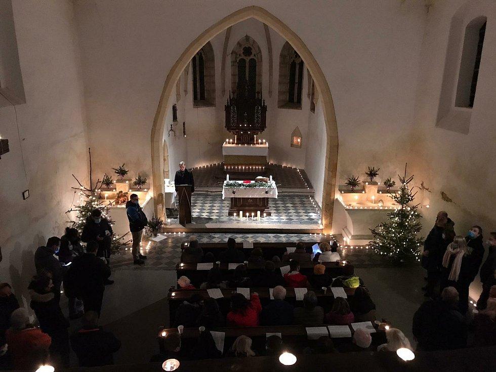 Kostel svatého Vavřince v Havrani při vánoční mši.