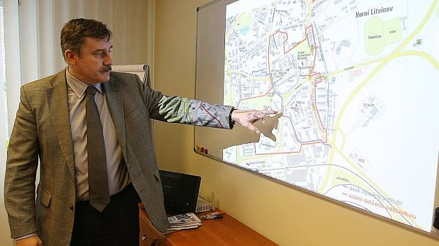 Petr Mareš z teplárny United Energy ukazuje, kde se bude v Lítvínově kopat kvůli výměně potrubí.