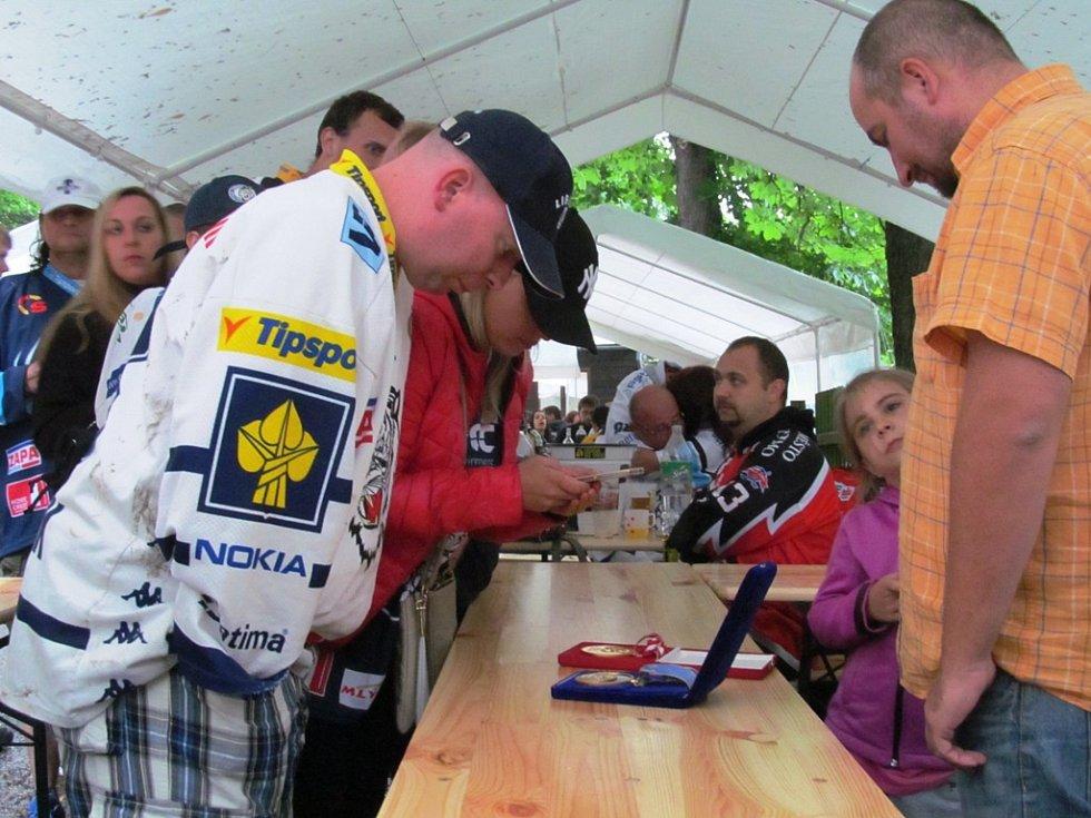 Šlégr přinesl ukázat také své zlaté medaile - z olympiády v Naganu a z mistrovství světa ve Vídni, které se konalo v roce 2005.