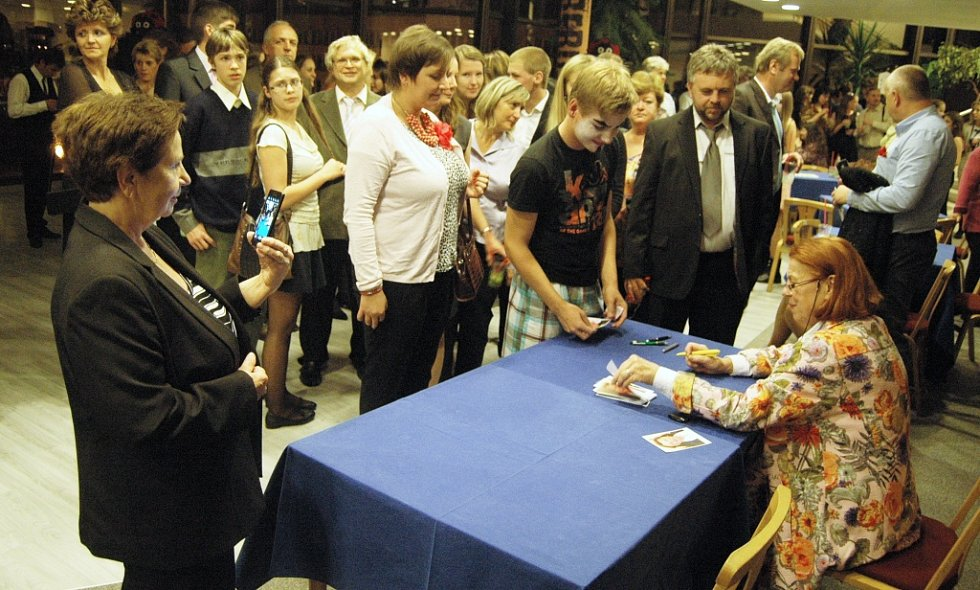 Autogramiáda. Iva Janžurová obdržela v Mostě cenu Forever Young.