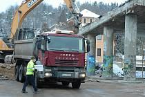 Demolice mostu nad ulicí Mezibořská v Litvínově v sobotu 13. února 2021.