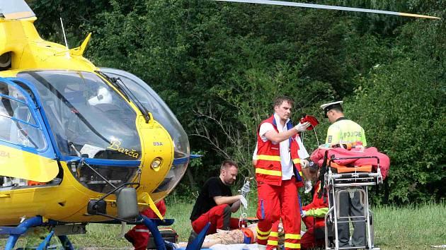 U těžce zraněného cyklisty zasahoval vrtulník