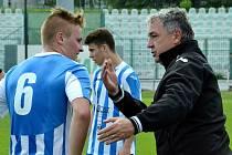 Dorostenci Mosteckého fotbalového klubu (v modrém) v duelu se Sokolovem.