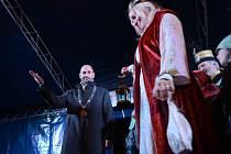 Po průvodu horníků centrem Mostu svatá Barbora předala světlo primátorovi na 1. náměstí, kde začal Vánoční trh s kluzištěm..