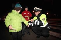 Špatně viditelní chodci dostávají od policistů preventivně reflexní pásky