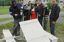 MADE IN CHANOV. Chánovští propagují lavičku z betonu, která má odolat vandalům. Výrobcem prototypu Chanov 008 je Dům romské kultury, který se na sídlišti dlouhodobě snaží rekvalifikovat a zaměstnávat místní muže a ženy.