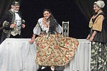 (Lilian S. Fischerová), král( Otto Liška) a chůva (Věra Mrázková) v Městském divadle v Mostě v pohádce Princezna se zlatou hvězdou na čele.