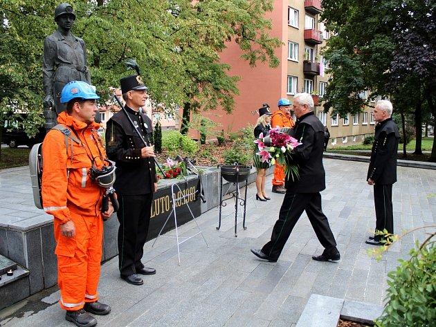 V Litvínově u hornického pomníku si desítky lidí připomněly velkou důlní katastrofu v hlubinném dole Pluto II v Louce u Litvínova.