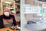 Jiří Hudec, provozovatel stánku naproti Centralu, prodává kromě potravin a nápojů respirátory a roušky.