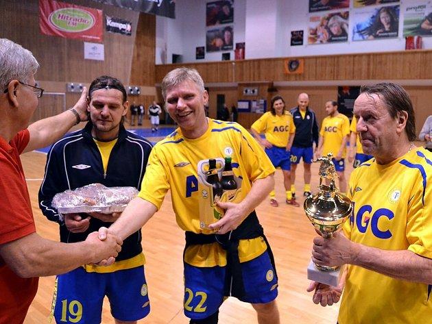 Vítězové z Teplic přebírají pohár.