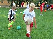 Děti na čtvrtém ročníku příměstského fotbalového kempu. Ve vedrech se chladí na aquadromu, na hřišti se pak učí nové věci s míčem.