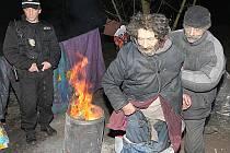 Strážník litvínovské městské policie při kontrole bezdomovců v mrazivé noci.