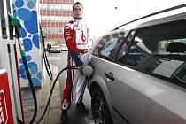 Tankování benzinu.