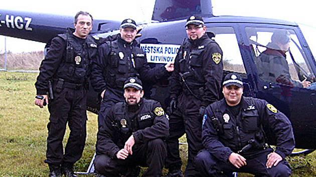 Litvínovští strážníci před vrtulníkem, který označili svojí policejní nálepkou.