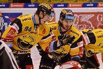 Kanadský obránce ve službách Litvínova Patrick Kudla (vlevo) se domlouvá se spoluhráčem Markem Baránkem.
