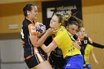 Tatiana Šutranová a Veronika Mikulášková (zleva v černém) zpracovávají v obraně soupeřku ze Zlína. Most v posledním zápase nastřílel 40 branek.