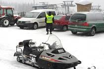 Policisté kontrolují i auta zaparkovaná u Centrální sjezdovky na Klínech.