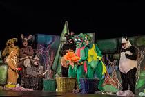 Docela velké divadlo dnes večer hraje na nádvoří zámku Valdštejnů hru Začarovaný les.