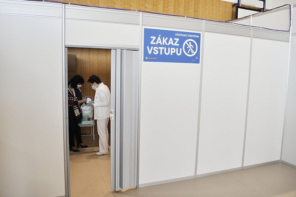 V tělocvičně Sportovní haly Most se začne očkovat proti covidu ve čtvrtek 22. dubna. Ve středu si prostory prohlédli zástupci radnice, Ústeckého kraje a mostecké nemocnice.