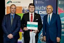Tomáš Herink (vlevo), člen správní rady Nadace Unipetrol, Zdeněk Bělohlav (vpravo), profesor VŠCHT Praha, předávají šek v rámci stipendií 2019/2020 studentovi Michalovi Dragounovi.
