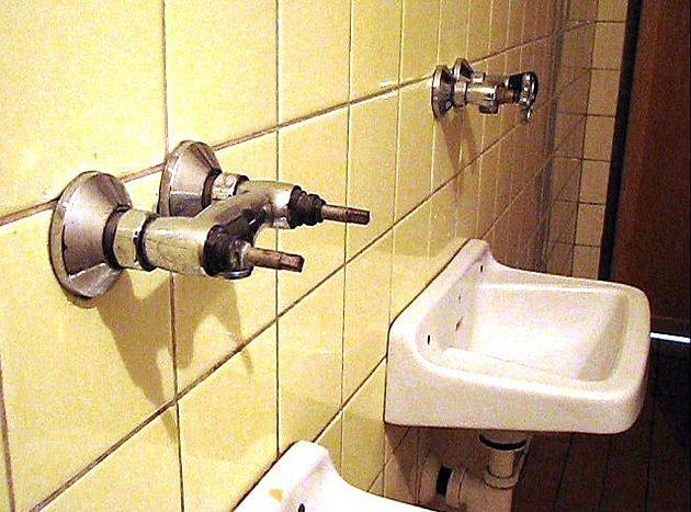 Záchod v mostecké nemocnici.