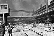 PO PRVNÍM NÁLETU. Zkáza v chemičce v Záluží dne 12. 5. 1944.