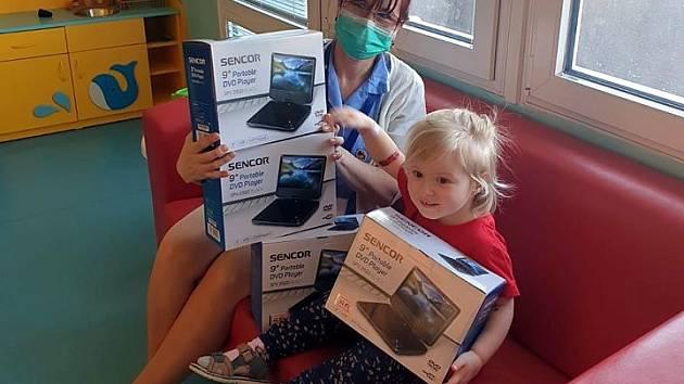 Mostecký kahan poskytl DVD přehrávače dětem v nemocnici.