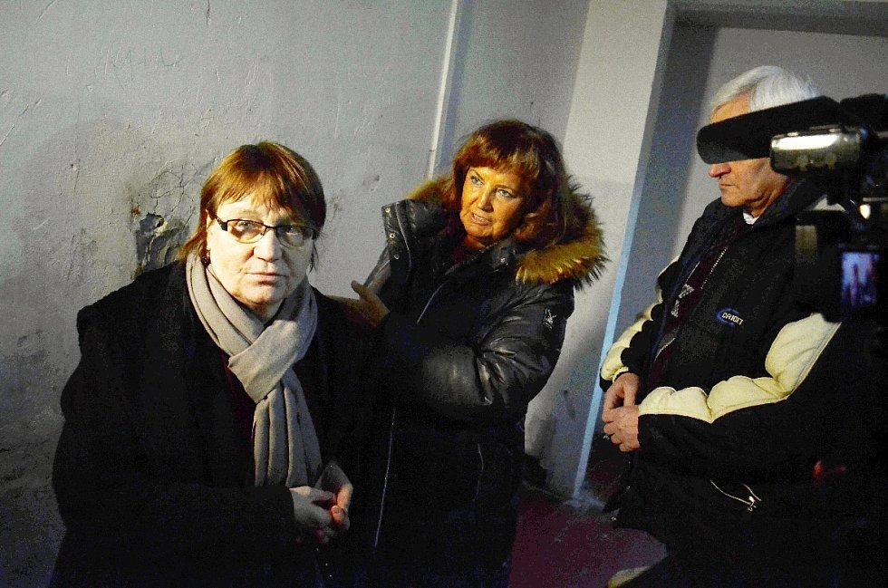 Ombudsmanka Anna Šabatová v Obrnicích. V jednom z paneláků se starostkou Drahomírou Miklošovou.