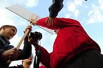 """Při návštěvě prezidenta v Mostě v říjnu 2013 mladí vytáhli transparent """"Stydíme se za vás pane Zemane!"""". Jeden senior jim ho chtěl vzít. Nyní, o rok později, zažívá Most podobný střet. Souboj vizí je stírán pocitem, že jde jen o to, kdo víc urve."""