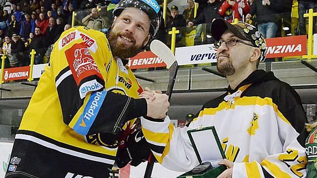 Známý litvínovský fanoušek Vratislav Bílek alias Kozel a hokejista Michal Trávníček.