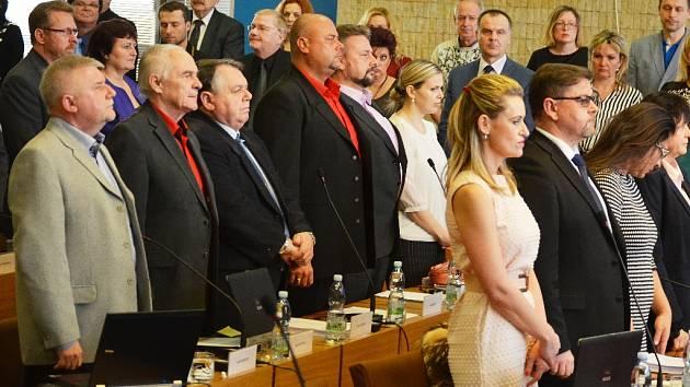 Pieta vestoje na zastupitelstvu v Mostě za zesnulé, za Stanislava Oubrama a Janu Peškovou. Jedna z mála věcí, která politiky spojila.