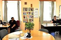 Kancelář azylového domu.