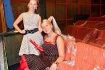 Herečky Kamila Raková (vlevo) a Vera Hejko testují nové sedačky.