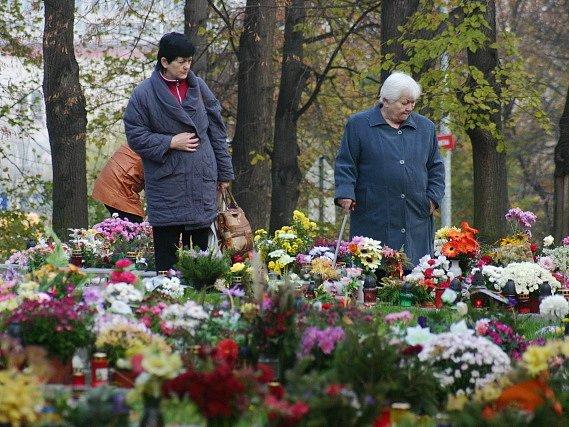 Návštěvnice mosteckého hřbitova vzpomíná na vsypové loučce. Ta je doslova obležena květinami a svíčkami od pozůstalých.
