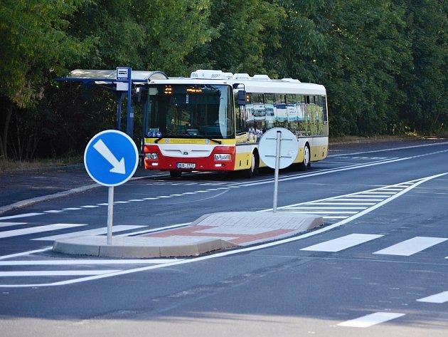V ulici Pod Lajsníkem v Mostě mají chodci k dispozici nový ostrůvek, který má zvýšit jejich bezpečnost.