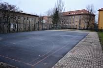 Zrušené dětské hřiště v ulici W. A. Mozarta v Mostě, kam chodila hlavně omladina ze Stovky. Kvůli vandalství a stížnostem město odstranilo vybavení a průchod do sousední lepší obytné části oplotilo.