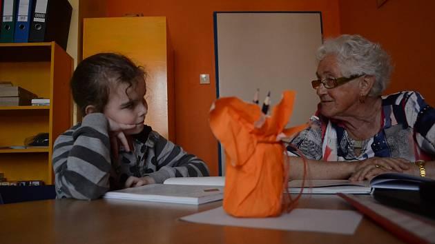 Hravé čtení je název dlouhodobé iniciativy, při které se v Základní škole profesora Zdeňka Matějčka v Mostě setkávají nad knihami babičky a žáci.