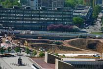 """Stavba obchodního centra na bývalém """"Plecháči"""" v Mostě."""
