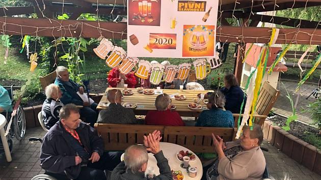 V Domově pro seniory ve Dvořákově ulici v Mostě měli Pivní slavnost.