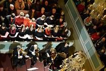 Koncertní zájezd ZUŠ F. L. Gassmanna v Mostě do německého Seiffenu, kde dětští a dospělí umělci zpívali Sasům v jejich kostele.