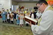 Děkan Grzegorz Czerny požehnal Tříkrálové sbírce v Mostě. Koledníci se sešli v dětském klubu Sovička