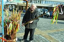 Marie Aichingerová prodává na Velikonočním trhu české pomlázky. Má i ty z Asie, ale české jsou lepší, z vrby a pružnější.