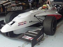 Na obrázku formule v boxu je pilot Pavel Machulda před startem.
