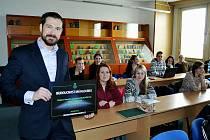 Proděkan pro legislativu hornicko – geologické fakulty Alexander Király se studenty.