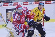Jakub Petružálek (vlevo) a Filip Pavlík v zápase Třince s Litvínovem.