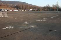 Nové parkoviště v ulici Pionýrů. Stovky aut pohlídají strážníci.