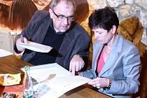 Předseda Hospodářské komory v Mostě Rudolf Jung a rektorka Univerzity Jana Evangelisty Purkyně v Ústí nad Labem Iva Ritschelová uzavírají dohodu o spolupráci.